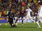KRÁLOVSKÝ GÓL Gareth Bale z Realu (vpravo) střílí rozhodující gól ve finále...