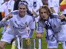 Gareth Bale (vlevo) a Luka Madrič slaví triumf Realu Madrid v Královském poháru.