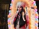 Cher v kost�mu indi�nky