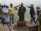 Še Pching se nechal včelami pokrýt, aby propagoval svůj med.
