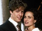 Hugh Grant a  Andie MacDowell ve filmu �ty�i svatby a jeden poh�eb