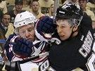 ANI CENTIMETR PROSTORU.Sidney Crosby z Pittsburghu se potýká s Jackem Johnsonem z Columbusu.