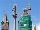 Sundavání báně z Bílé věže v Hradci Králové