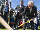 Prezident Milo� Zeman zasadil l�pu v Holovousech na Ji��nsku