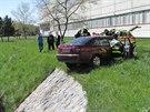 Vážná nehoda v Hradci Králové. Auto přelétlo kanál a skončilo na druhém břehu...