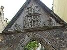 Kamenný reliéf byl původně umístěn nad vstupem do kostela Panny Marie Sněžné