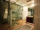 Zeleň vstupuje i do domu. Mezi ložnice a koupelny architekt vložil zasklená