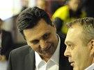 Kou� �esk� hokejov� reprezentace Vladim�r R�i�ka (uprost�ed) p�i dru�n� debat�...
