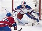 Tomáš Plekanec z Montrealu se ocitl před brankou NY Rangers, kterou hájí Cam...