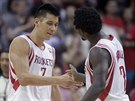 Jeremy Lin (vlevo) a Patrick Beverley z Houstonu slav� ko�.