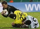 Roman Weidenfeller (nahoře) a Sokratis z Dortmundu odstavují od míče Bernarda...