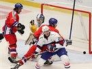 Čeští hokejisté Tomáš Filippi a Martin Zaťovič se tlačí k norské brance.