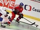 Český hokejista Radek Smoleňák kontroluje puk v utkání s Norskem.