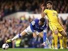 Ross Barkley (vlevo) z Evertonu má k míči blíž než Mile Jedinak z Crystal...
