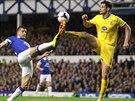 Scott Dann (vpravo) z Crystal Palace a Kevin Mirallas z Evertonu bojují o míč.