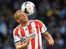Wes Brown ze Sunderlandu hlavičkuje v duelu s Manchesterem City.