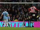 Connor Wickham (vpravo) ze Sunderlandu skóruje proti Manchesteru City.