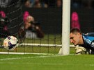 Vito Mannone, gólman Sunderlandu, právě inkasuje v duelu s Manchesterem City.