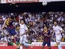 Marc Bartra (vlevo) z Barcelony skóruje proti Realu Madrid.