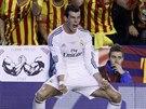 Gareth Bale z Realu Marid slaví svůj gól proti Barceloně.