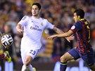 Isco (v bílém) z Realu má k míči blíž než Pedro Rodriguez z Barcelony.