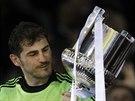 Iker Casillas z Realu Madrid s trofejí pro vítěze Španělského poháru.
