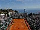 Lukáš Rosol a Roger Federer právě svádějí souboj na antuce v Monte Carlu.