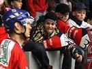 Čeští hokejisté míří kolem malých fanoušků k zápasu s Norskem.