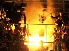 Chomutovští fanoušci reagují na sestup jejich klubu z extraligy ohněm v hledišti.