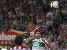 Miranda z Atletika Madrid vyskočil nejvýše a překonal gólmana Elche.