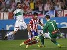 Diego Costa (uprostřed) z Atlétika Madrid překonává brankáře Manu Herreru z...