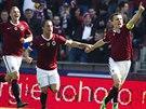 JEN POBĚŽTE ZA MNOU. David Lafata (vpravo) slaví se zaplněným stadionem gól...