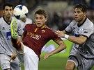 Adem Liajič z AS Řím se snaží zkrotit míč, otravuje ho vpravo Guglielmo...