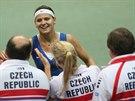 GRATULACE. Lucie Šafářová slaví s českým týmem první bod v semifinále Fed Cupu...