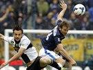 Souboj ve vzduchu v podání Huga Campagnara z Interu Milán (vpravo) a Marca...