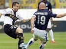 Esteban Cambiasso (vpravo) z Interu Milán bojuje o balón s Antoniem Cassanem z...