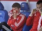 NED�CHATELNO. Thomas M�ller z Bayernu Mnichov (vlevo) si kryje obli�ej p�ed...