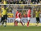 Oliver Kirch (druh� zprava) slav� trefu Dortmundu proti Mohu�i.