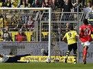 Robert Lewandowski (uprostřed) z Dortmundu posílá míč do sítě Mohuče.