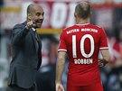 MUSÍŠ TO HRÁT TAKHLE. Kouč Bayernu Mnichov Pep Guardiola (vlevo) udílí pokyny...