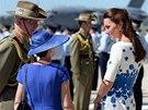 Vévodkyně Kate v bílých šatech s motivem modrých vlčích máků symbolicky vzdala