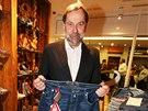 Radek John v obchodě s oblečením