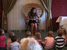 Hoteliérka Nadja Vogel vypráví malým hostům ve svém hotelu pohádku na dobrou
