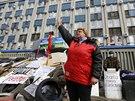 Proruští demonstranti na barikádě před obsazeným sídlem tajné služby SBU v...