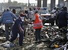 Záchranáři odvážejí raněné z předměstí města Abuja, kde při výbuchu bomby...
