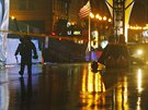 Specialista na výbušniny odchází od batohu blízko cílové pásky bostonského...