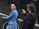 Režisér Peter Jackson si Kate vyfotil u starého letadla (10. dubna 2014).