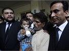 Musa Khan obklopený právníky (12. 4. 2014)