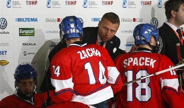Kou� �eské hokejové osmnáctky Jakub Petr udílí pokyny svým sv��enc�m.