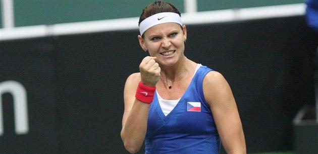 GESTO VÍT�ZSTVÍ. Lucie �afá�ová slaví první bod v semifinále Fed Cupu proti...